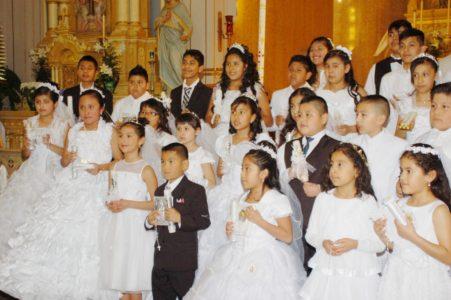 Cincuenta niños reciben a Jesús por primera vez en sus vidas en la Parroquia Católica Holy Redeemer.