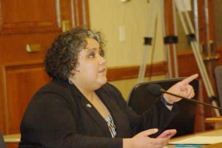 La representante JoCasta Zamarripa explica a sus pares la necesidad de desechar la propuesta del senador Van Wanggaard.