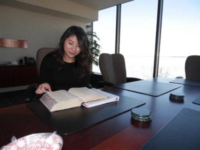 Michelle en la sala de conferencias del estudio jurídico Habush Habush & Rottier S.C. (lago Mendota en el fondo)