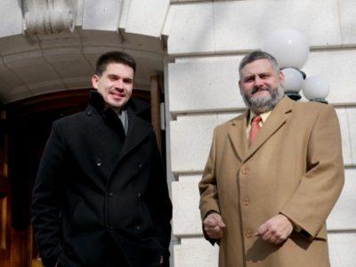 Los abogados Jair Álvarez y Micabil Díaz, frente al Capitolio, sede del poder judicial de Wisconsin, lucen entusiastas luego de anunciar la próxima unión de sus bufetes.