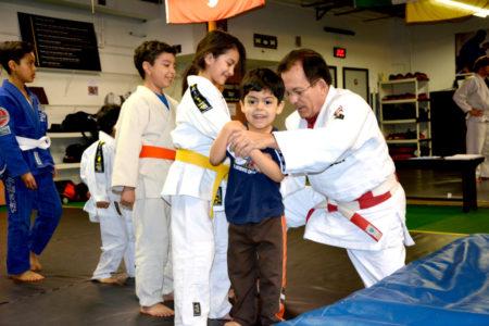 Sensei Milan enseñando técnica y disciplina a sus alumnos