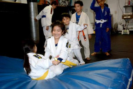 Alumnos aprenden a defenderse