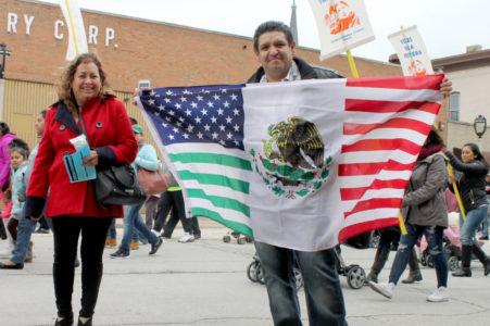 Pedrín Sánchez muestra orgulloso su bandera binacional.