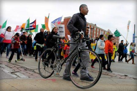Camino a la corte de Milwaukee nos encontramos con Elizeo, trabajador veracruzano quien aprovechando un tiempo libre, acompaña por varias cuadras a la marcha de trabajadores en su bicicleta.