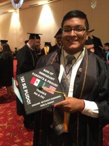 """Quizás el más emotivo birrete de todas las graduaciones de Madison haya sido el que portó Jorge Zuñiga Jr., luego de obtener una licenciatura en negocios y un 'minor' en artes teatrales. En su casquete se puede leer: """"Orgulloso hijo de padres inmigrantes. Gracias ma' y pa´"""". La foto apareció en su red social y se ha ido difundiendo cn entusiasmo por la red."""