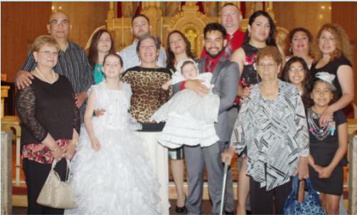 Bautizo de la niña Isabella Estrada Olivas en la Parroquia Holy Redeemer, sus padres: Daniel y Yesenia Estrada y sus padrinos: María y Enrique Olivas. En la foto su familia.