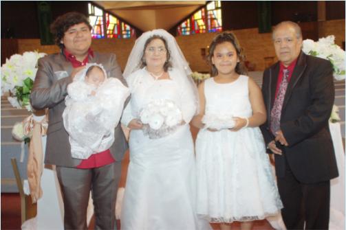 """Emma y José Robles celebraron la renovación de sus 40 años de su voto matrimonial, el cumpleaños (16) de su hijo Adrian y el bautizo de su nieta, con una solemne misa en la parroquia """"El Buen Pastor de Madison. Una recepción social se realizó a continuación."""