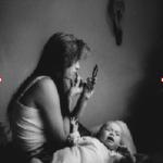 """Aunque la violencia daña comunidades, las autoridades deben tener especial cuidado en """"juzgar"""" en función de las apariencias, o con un conocimiento superficial de la cultura hispana, latina o texmex. Por ejemplo, el estilo """"chola"""", es más una forma de resistencia cultural de comunidades asediadas que pertenencia directa a bandas criminales. La subcultura """"pachuco culture"""" o su sucesora, la """"chola fashion"""" son creaciones que tienen una larga tradición de hacer frente a la opresión sistemática contra las comunidades latinas. EL fenómeno no es nuevo, se inicia con un vergonzoso episodio la """"Mexican Repatriation"""", cuando entre 1929 y 1944 el gobierno expulsó de sus hogares a cerca de 2 millones de mexicanos, la mitad de ellos ciudadanos de Estados Unidos. (La foto es de Graciela Iturbide)"""