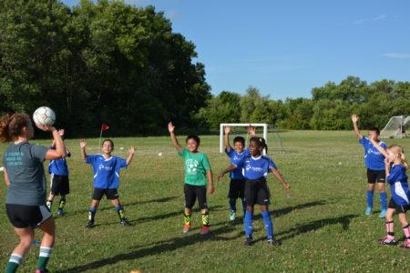 Los niños de Millennium Soccer Club juegan en las canchas de Leopold Elementary School
