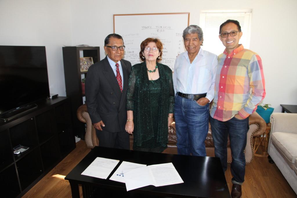 La Comunidad News es dirigido (desde la izquierda) , Rafael Viscarra, Gladys Viscarra, Luis Castillo y su consultor Dante Viscarra, que aparecen aquí en la foto dentro de la oficina del periódico en el sur de Madison.