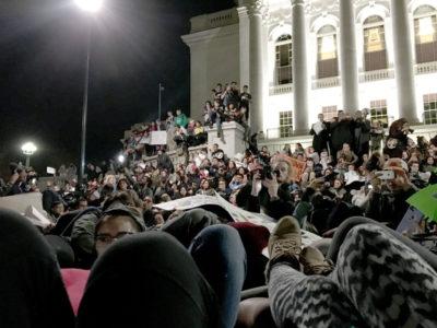 Manifestantes se acuestan en forma de protesta en ell frente del capitolio