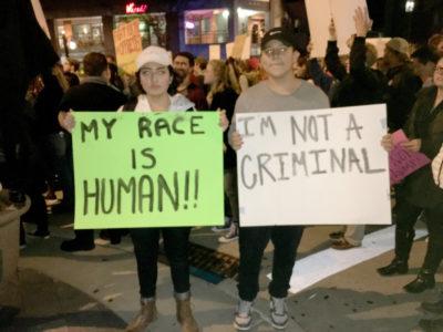 """""""Mi raza es humana"""" """"No soy un criminal"""" (Foto por Katherine O'Brien)"""
