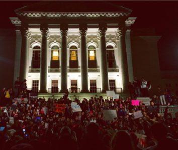 Estudiantes y miembros de la comunidad se reunieron al frente del capitolio
