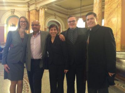 De izquierda a derecha: Estudiante de leyes, Mario Vasquez, Abogado Cristina Borde acompañados de otros estudiantes de la facultad de leyes. Todos trabajaron en el caso de Mario a través del proyecto the Inocentes de Wisconsin (Wisconsin Innocent Project).