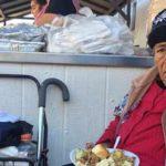 Foto: María Luisa Ayala, una anciana sin hogar recibió un plato de comida por el Día de Acción de Gracias en la parroquia de la Placita Olvera (Foto: Araceli Martínez/La Opinión)