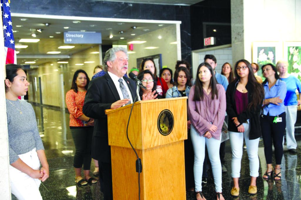 El alcalde Paul Soglin en  conferencia de prensa del Día de Acción Nacional de DACA