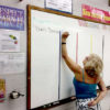 Presupuesto de Wisconsin trae licencias  de por vida para los maestros