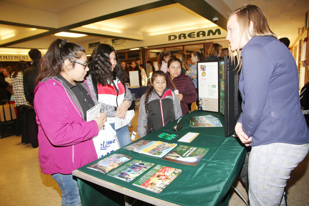 Record de asistencia a la Primera Feria Universitaria en Wisconsin