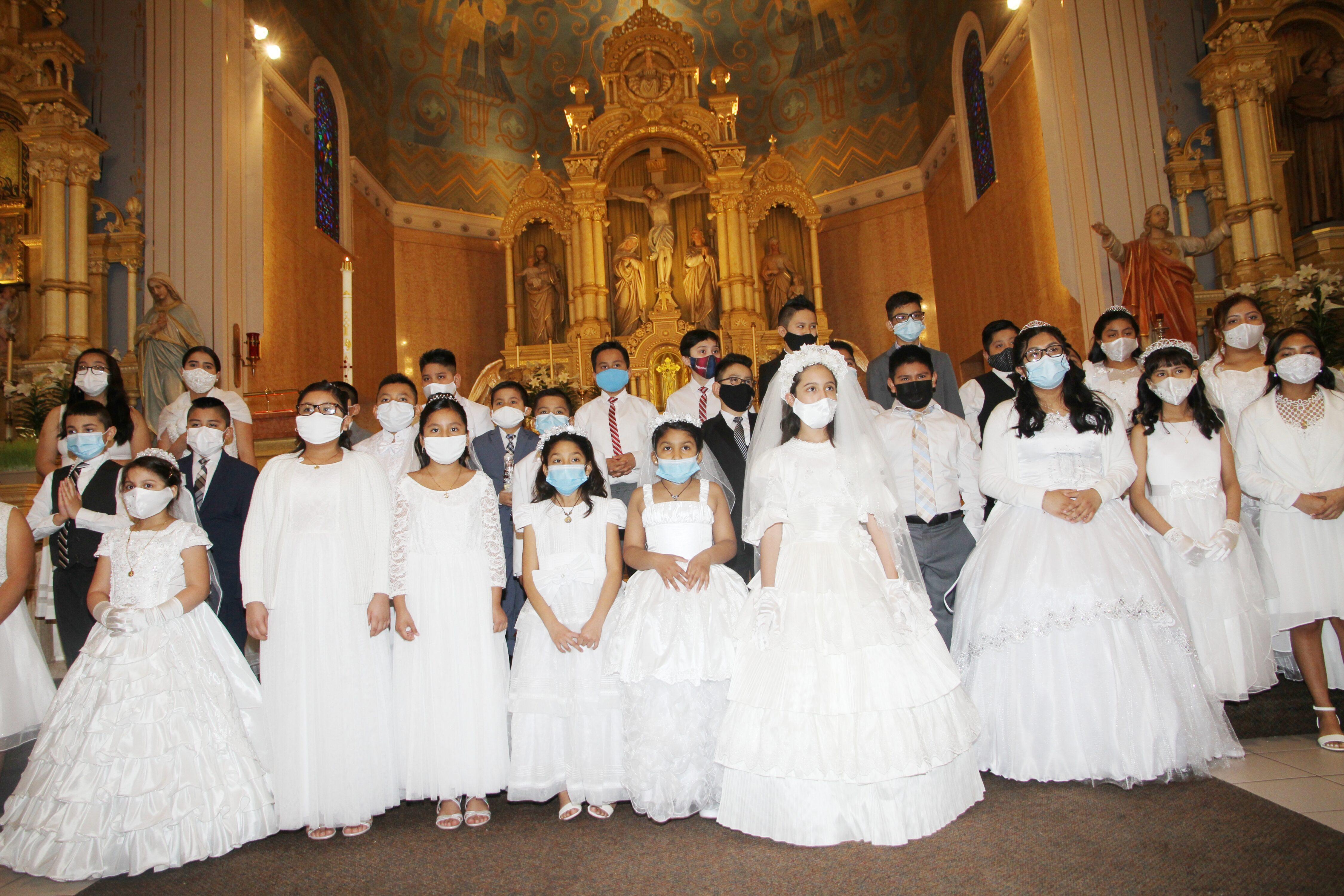 Foto pracial de la Primera Comunion de ninos en Holy Redeemer Church