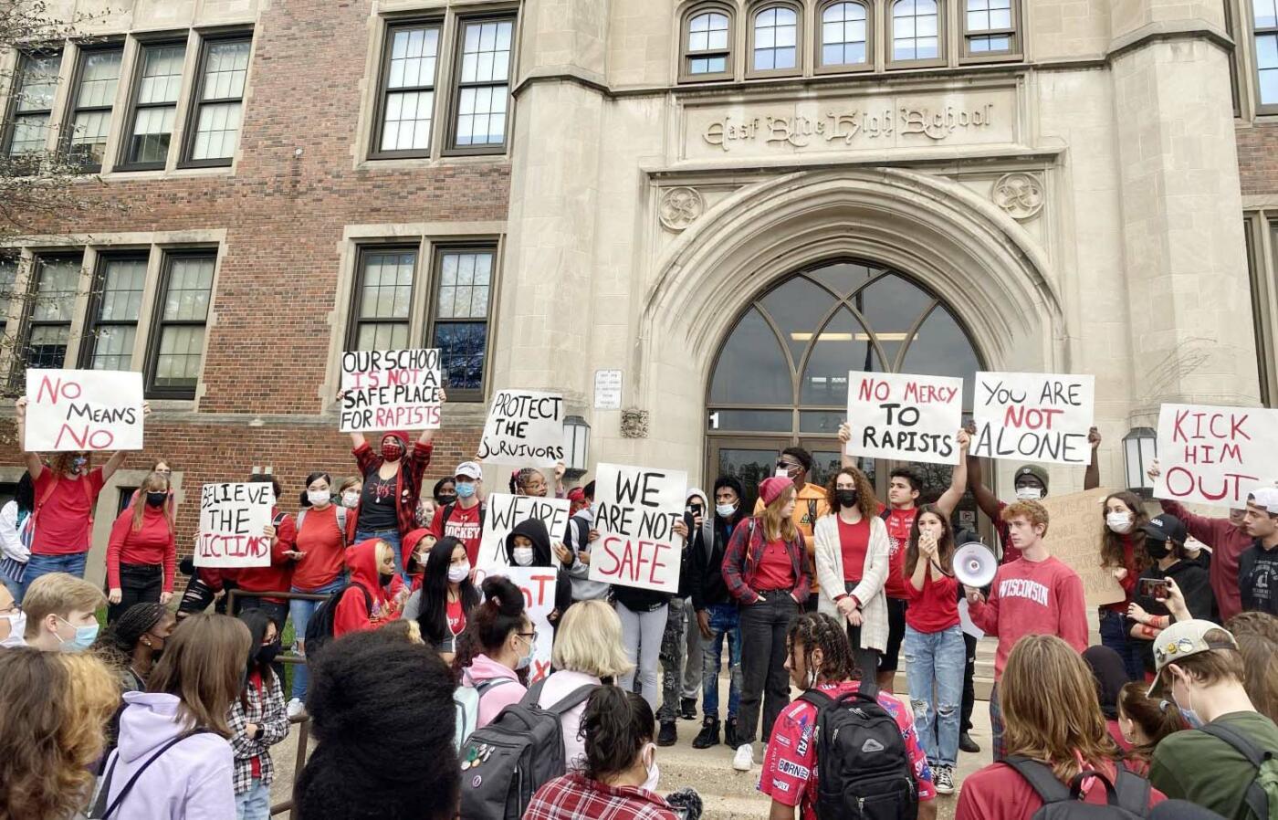 Estudiantes de East High School solidarios con una víctima de agresión sexual